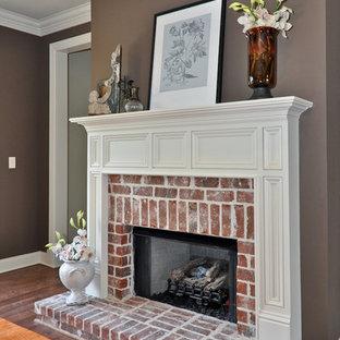 バーミングハムのトラディショナルスタイルのおしゃれなファミリールーム (グレーの壁、濃色無垢フローリング、標準型暖炉、レンガの暖炉まわり、茶色い床) の写真