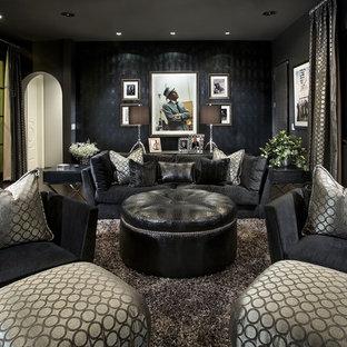 Imagen de sala de estar contemporánea con suelo de madera oscura y paredes multicolor