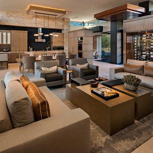 Großes, Offenes Modernes Wohnzimmer mit bunten Wänden, Porzellan-Bodenfliesen, Kamin, Kaminumrandung aus Stein, Wand-TV und beigem Boden in Phoenix