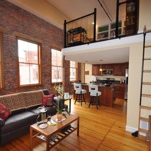 ボストンの中サイズのインダストリアルスタイルのおしゃれなオープンリビング (ベージュの壁、淡色無垢フローリング、暖炉なし、据え置き型テレビ、ベージュの床) の写真