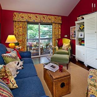 デトロイトの中サイズのトラディショナルスタイルのおしゃれな独立型ファミリールーム (赤い壁、濃色無垢フローリング、暖炉なし、内蔵型テレビ、茶色い床) の写真