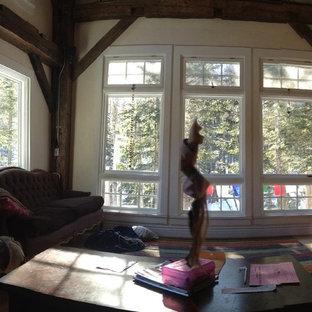 Diseño de sala de estar abierta, de estilo de casa de campo, pequeña, sin televisor, con paredes beige, suelo de corcho y chimenea tradicional