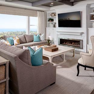 サンディエゴの大きいビーチスタイルのおしゃれなファミリールーム (壁掛け型テレビ、ベージュの壁、横長型暖炉、タイルの暖炉まわり、淡色無垢フローリング) の写真