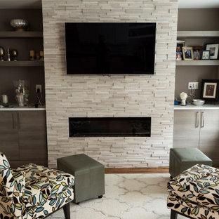 ワシントンD.C.の小さいモダンスタイルのおしゃれなオープンリビング (グレーの壁、無垢フローリング、吊り下げ式暖炉、金属の暖炉まわり、壁掛け型テレビ、茶色い床) の写真