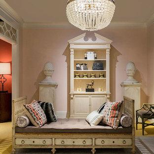 Immagine di un soggiorno vittoriano di medie dimensioni e chiuso con pareti rosa, moquette, camino classico, nessuna TV e pavimento giallo