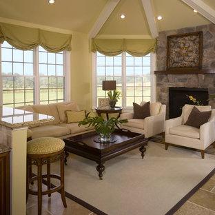 Aménagement d'une salle de séjour classique de taille moyenne avec un manteau de cheminée en pierre, un mur vert, béton au sol et un sol beige.