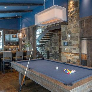 デンバーのラスティックスタイルのおしゃれなファミリールーム (ゲームルーム、青い壁、無垢フローリング) の写真