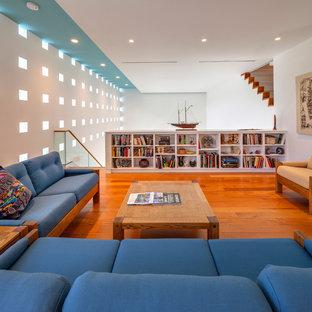 Foto di un soggiorno contemporaneo stile loft con pareti bianche e pavimento in legno massello medio