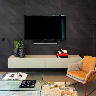 Ejemplo de sala de estar abierta, contemporánea, pequeña, con paredes negras, suelo de baldosas de porcelana, televisor colgado en la pared y suelo gris
