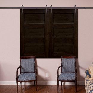 Foto de sala de estar cerrada, campestre, de tamaño medio, sin chimenea, con paredes rosas, suelo de madera en tonos medios y suelo marrón