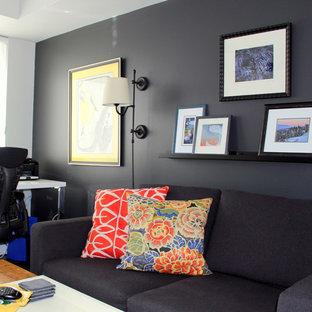 Ejemplo de sala de estar cerrada, tradicional renovada, pequeña, sin chimenea, con paredes negras, suelo de madera oscura y televisor independiente
