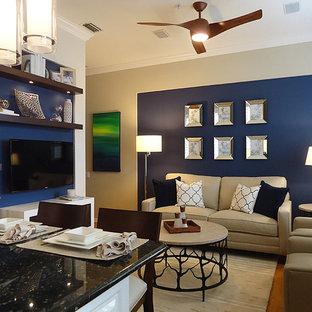 マイアミのモダンスタイルのおしゃれな独立型ファミリールーム (青い壁、淡色無垢フローリング) の写真