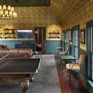 ダラスの巨大なトラディショナルスタイルのおしゃれな独立型ファミリールーム (ゲームルーム、マルチカラーの壁、濃色無垢フローリング、壁掛け型テレビ、暖炉なし、茶色い床) の写真