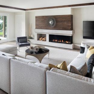 Idee per un grande soggiorno design aperto con pareti bianche, pavimento in legno massello medio, camino lineare Ribbon, TV a parete e pavimento marrone