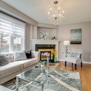 Diseño de sala de estar actual, pequeña, con paredes grises, suelo de madera clara y suelo amarillo