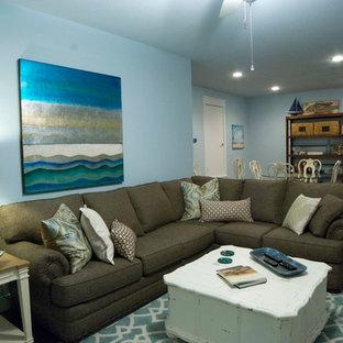ヒューストンの中サイズのビーチスタイルのおしゃれなファミリールーム (ホームバー、青い壁、壁掛け型テレビ、濃色無垢フローリング、暖炉なし) の写真
