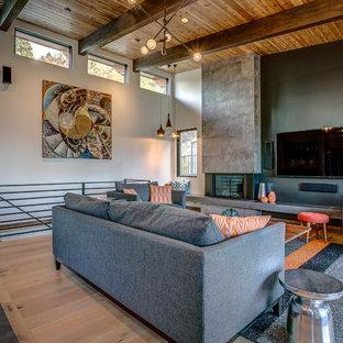 Offenes Modernes Wohnzimmer mit weißer Wandfarbe, hellem Holzboden, Gaskamin und Wand-TV in Seattle