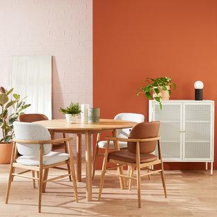 Idées déco pour une petit salle de séjour contemporaine avec un mur orange, un sol en vinyl et un sol marron.