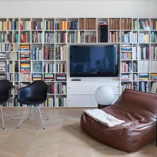 Idee per un soggiorno design di medie dimensioni e aperto con libreria, pareti bianche, parquet chiaro, TV a parete e pavimento marrone