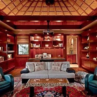 Tropenstil Wohnzimmer mit dunklem Holzboden in Hawaii