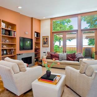 Réalisation d'une petite salle de séjour design ouverte avec un mur orange, béton au sol, une cheminée ribbon, un manteau de cheminée en béton et un téléviseur fixé au mur.