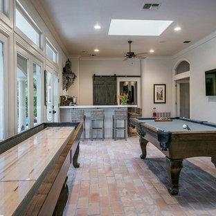 Geräumiges Klassisches Wohnzimmer mit Backsteinboden und beigem Boden in Austin