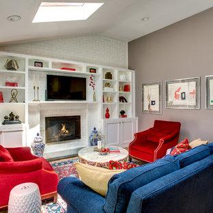 ニューヨークのコンテンポラリースタイルのおしゃれな独立型ファミリールーム (青い壁、無垢フローリング、標準型暖炉、レンガの暖炉まわり、埋込式メディアウォール、ベージュの床) の写真