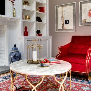 Foto di un soggiorno minimal chiuso con pareti blu, pavimento in legno massello medio, camino classico, cornice del camino in mattoni, parete attrezzata e pavimento beige