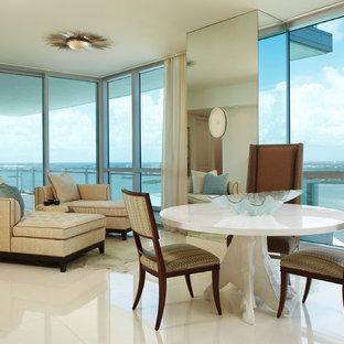 ボルチモアの大きいトロピカルスタイルのおしゃれなファミリールーム (白い床、白い壁、磁器タイルの床、暖炉なし、テレビなし) の写真