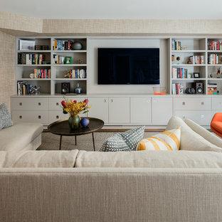 Großes, Abgetrenntes Mid-Century Wohnzimmer mit Hausbar, beiger Wandfarbe, braunem Holzboden und Wand-TV in Boston