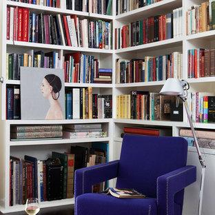 Immagine di un piccolo soggiorno design aperto con libreria, pareti bianche e parquet scuro