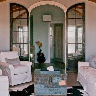 Esempio di un soggiorno stile marino di medie dimensioni e chiuso con pareti bianche e pavimento in compensato