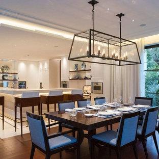 Cette photo montre une très grande salle de séjour ouverte avec un bar de salon, un mur blanc, un sol en bois brun et un sol rouge.