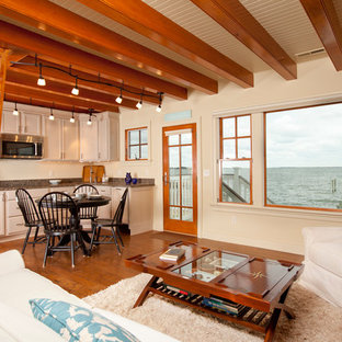 他の地域の中サイズのビーチスタイルのおしゃれなファミリールーム (ベージュの壁、無垢フローリング、暖炉なし、茶色い床) の写真