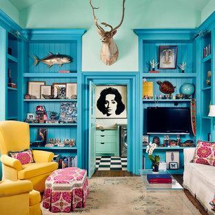 ヒューストンのエクレクティックスタイルのおしゃれな独立型ファミリールーム (青い壁、濃色無垢フローリング、壁掛け型テレビ) の写真