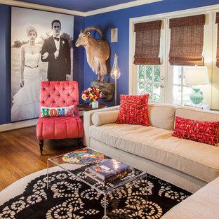 ヒューストンのトラディショナルスタイルのおしゃれなファミリールーム (青い壁) の写真
