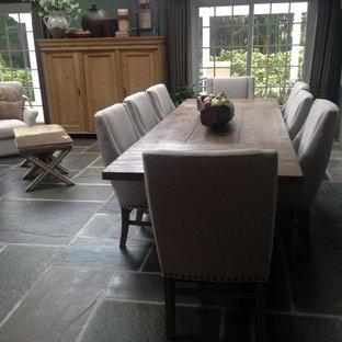 Imagen de sala de estar con barra de bar abierta, romántica, grande, con paredes verdes y suelo de pizarra