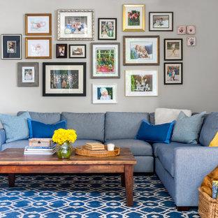 Idée de décoration pour une salle de séjour tradition de taille moyenne et ouverte avec un mur gris, moquette et un sol multicolore.