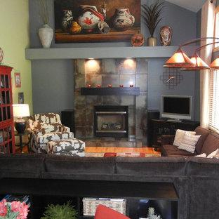 Свежая идея для дизайна: открытая гостиная комната среднего размера в стиле рустика с серыми стенами, паркетным полом среднего тона, стандартным камином, фасадом камина из плитки и угловым ТВ - отличное фото интерьера
