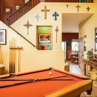 Idee per un soggiorno stile americano di medie dimensioni e chiuso con sala giochi, pareti gialle e pavimento in terracotta