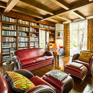Diseño de sala de estar con biblioteca cerrada, mediterránea, grande, con paredes blancas y suelo de madera oscura