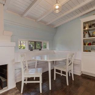 ロサンゼルスの中サイズのトランジショナルスタイルのおしゃれなファミリールーム (青い壁、濃色無垢フローリング、標準型暖炉、漆喰の暖炉まわり) の写真
