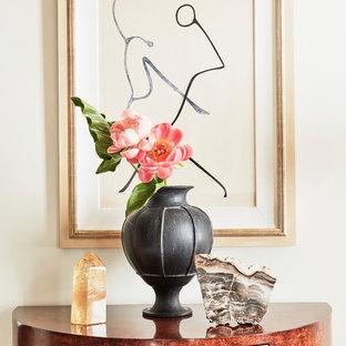 Diseño de sala de estar abierta, mediterránea, pequeña, con paredes blancas, suelo de madera en tonos medios, chimenea tradicional, marco de chimenea de baldosas y/o azulejos, televisor retractable y suelo marrón