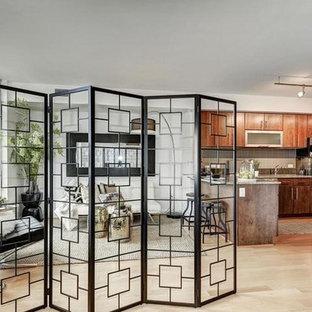 Imagen de sala de estar tipo loft, contemporánea, pequeña, con suelo de bambú