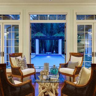 Ejemplo de sala de estar con rincón musical abierta, exótica, grande, sin televisor