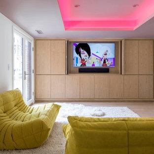 Idées déco pour une salle de séjour contemporaine avec un mur blanc, un sol en bois clair et un téléviseur dissimulé.