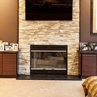 Idee per un soggiorno minimal di medie dimensioni e aperto con sala giochi, pareti marroni, moquette, camino classico, cornice del camino in pietra e TV a parete