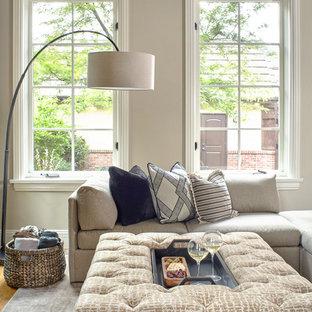 Idée de décoration pour une salle de séjour tradition de taille moyenne et ouverte avec un mur multicolore, un sol en bois clair, cheminée suspendue, un manteau de cheminée en béton, un téléviseur dissimulé et un sol beige.
