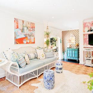 Abgetrenntes Stilmix Wohnzimmer mit weißer Wandfarbe und Terrakottaboden in Los Angeles