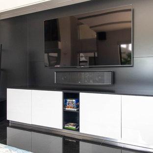 Aménagement d'une grand salle de séjour moderne ouverte avec un bar de salon, un mur blanc, un sol en marbre, un téléviseur fixé au mur et un sol noir.